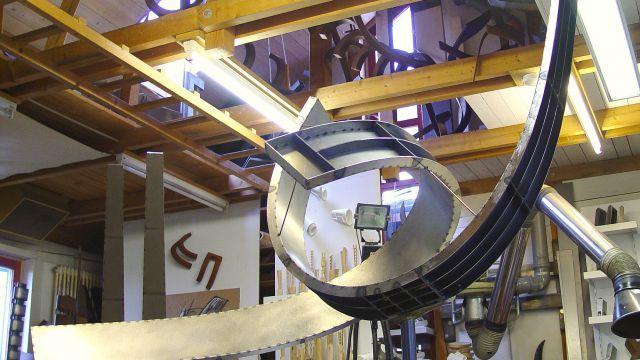 Foto des Arbeitsfortschritts an der Stahlskulptur