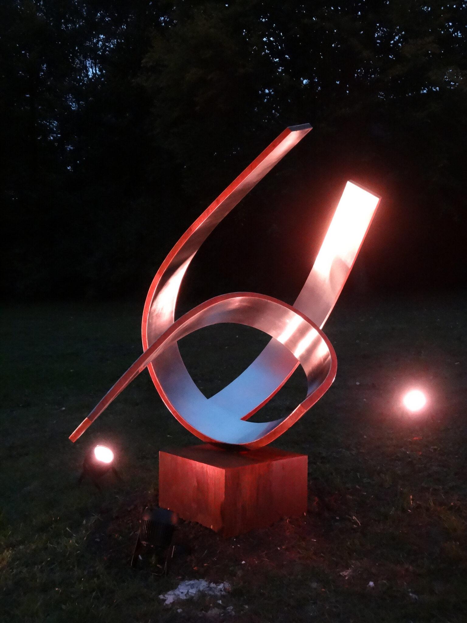 Nachtaufnahme der Skulptur von Jochen Warth in Eningen
