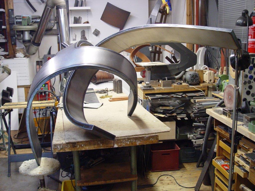 Foto von Arbeitsfortschritt an der Stahlskulptur