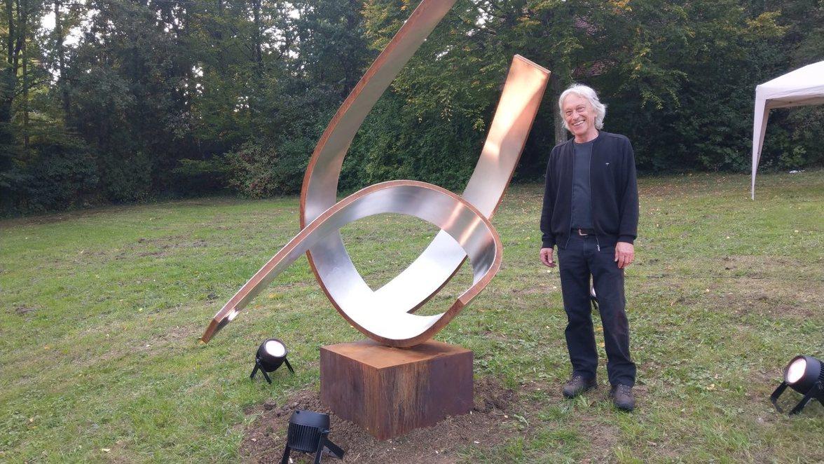 Foto von Jochen Warth an seiner Skulptur in Eningen